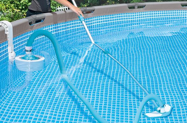 Conseil N°3 : Effectuer un nettoyage complet de la piscine