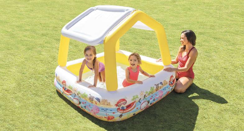 Une piscinette gonflable pour bébé