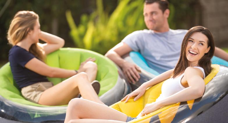 Décorez harmonieusement votre terrasse avec des fauteuils gonflables INTEX